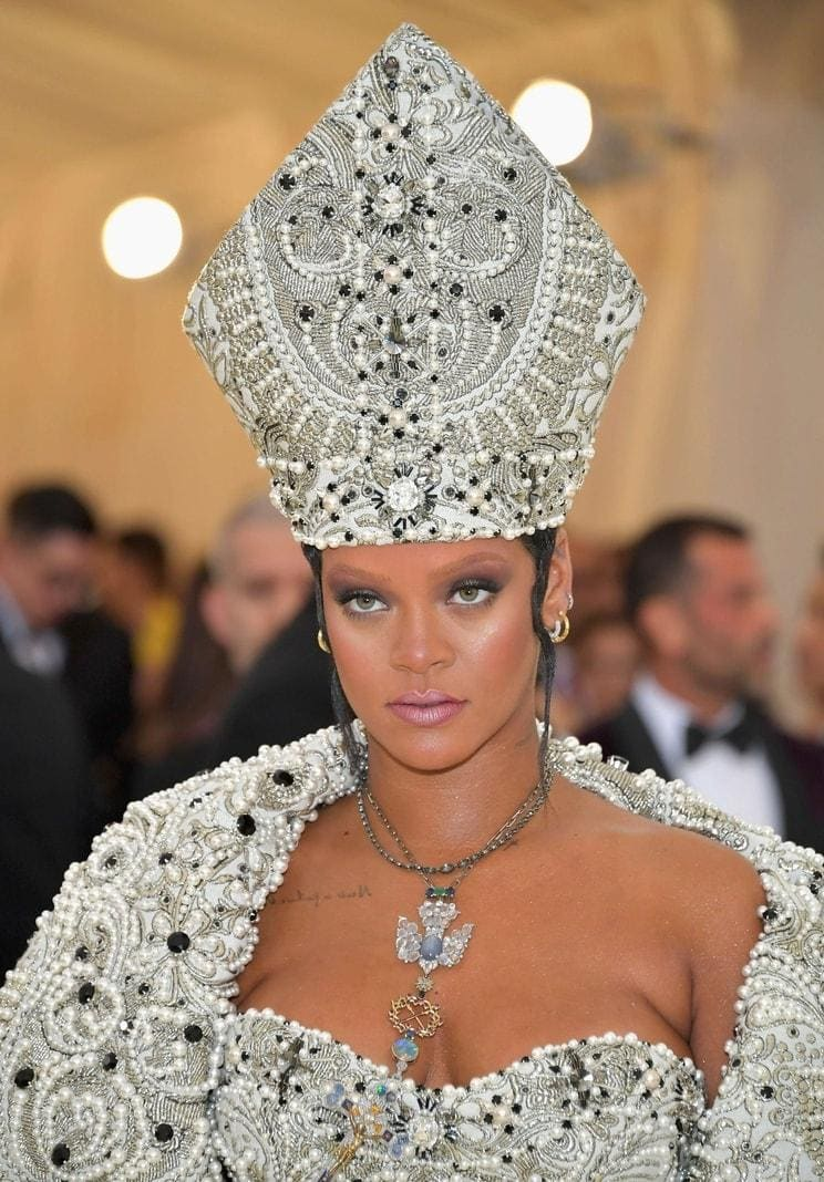 "<p>Rihanna hat an der ""Met Gala"" 2018 des Kostüminstituts des Metropolitan Museum of Art (Met) unter dem Motto ""Heavenly Bodies: Fashion and the Catholic Imagination"" teilgenommen. Wir zeigen die wichtigsten Promis...</p> Foto: dpa/afp"