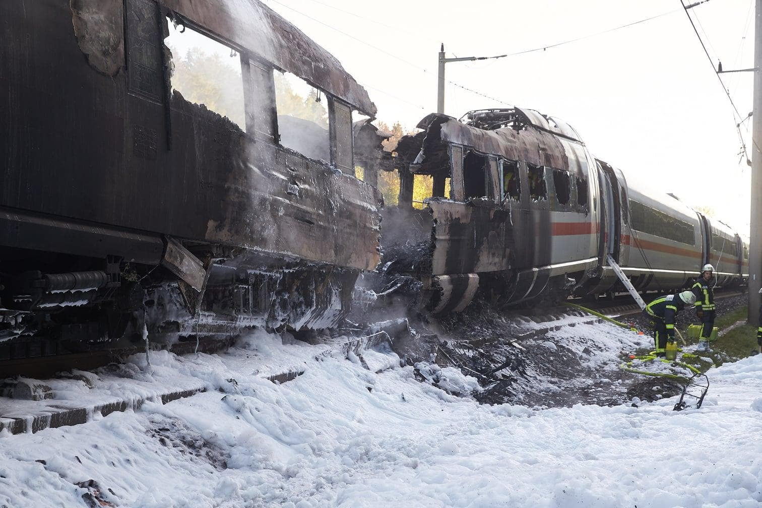 """sagte eine Sprecherin der Deutschen Bahn. Sie betonte aber: """"Diese Reparatur in einem anderen Wagen des Zuges steht in keinem Zusammenhang mit der Brandursache.""""</p> Foto: dpa/Thomas Frey"""