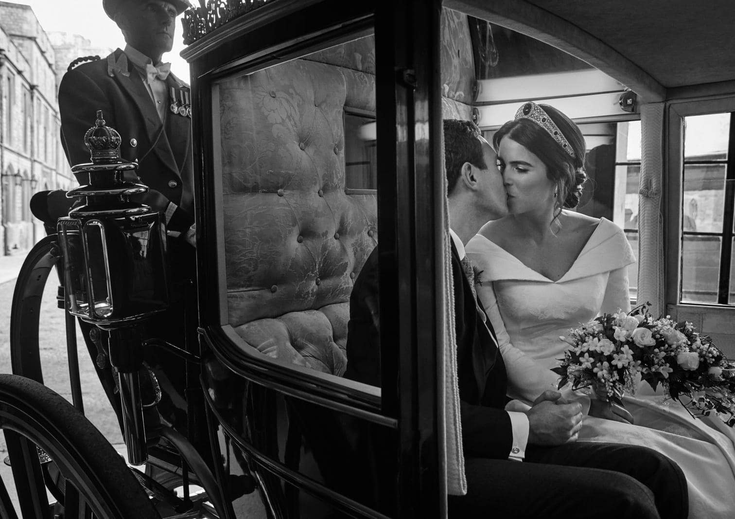 <p>Ein verträumter Kuss in der Kutsche: Die britische Prinzessin Eugenie (28) und ihr Ehemann Jack Brooksbank (32) haben vier offizielle Fotos ihrer Hochzeit auf Schloss Windsor vom Freitag veröffentlichen lassen.</p> Foto: dpa/Alex Bramall