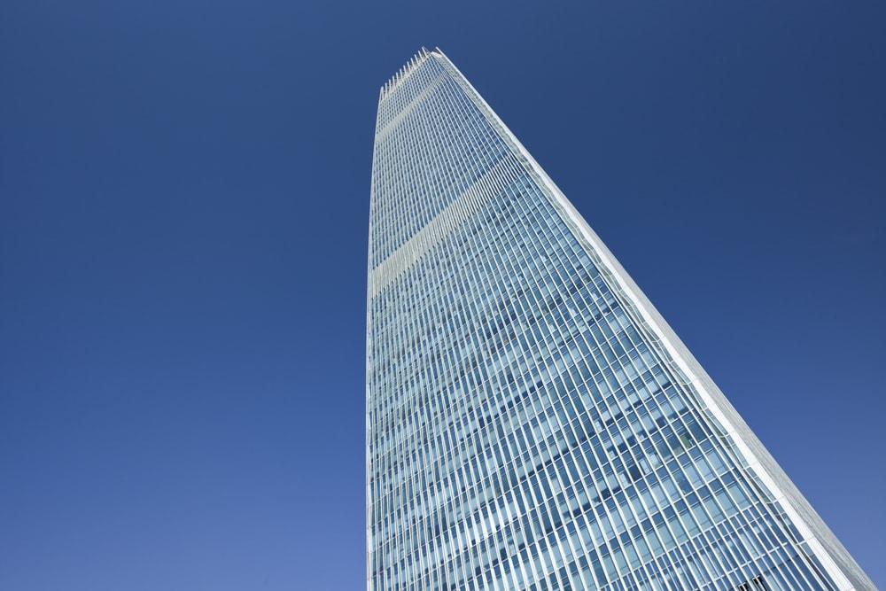 <p><strong>Platz 9-6</strong>: Im Sunshine Tower in Tokio schaffen die Aufzüge 10 Meter pro Sekunde (36 km/h).</p> Foto: picture cells / Shutterstock.com