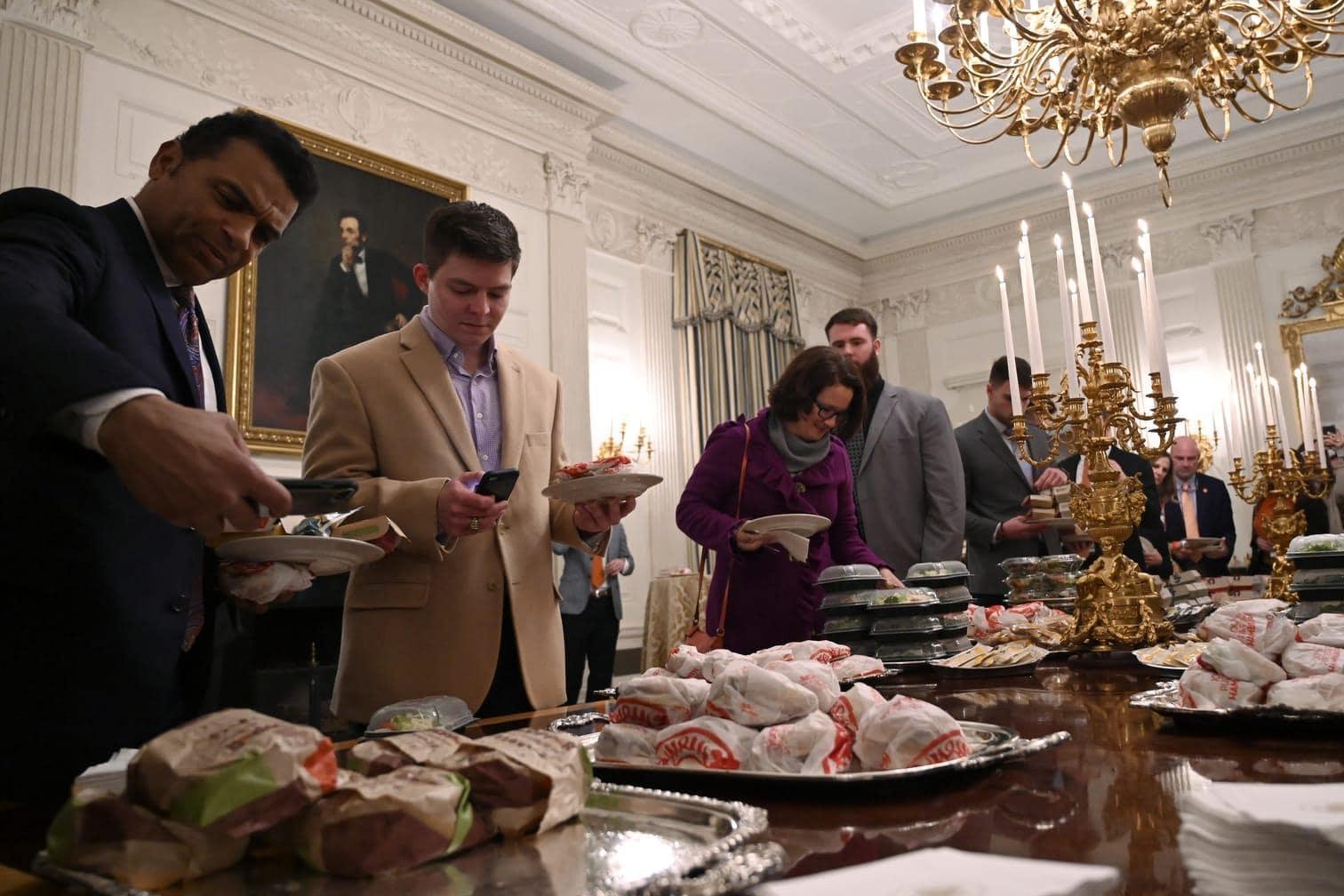 begrüßte er am Montag die Clemson Tigers im State Dining Room des Weißen Hauses.</p> Foto: Susan Walsh/dpa