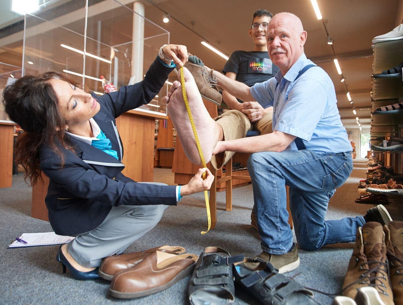 <p>Er stammt aus Maracay in Venezuela und hat das erste Mal seine Heimat verlassen. Denn an diesem Montag kann er in Vreden im Münsterland neue Schuhe anprobieren.</p> Foto: dpa