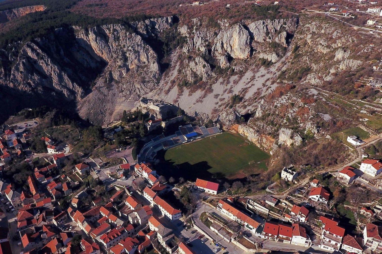 <p>In diesem Tal der Dalmatien ist der kroatische Fußballklub NK Imotski beheimatet.</p> Foto: AFP