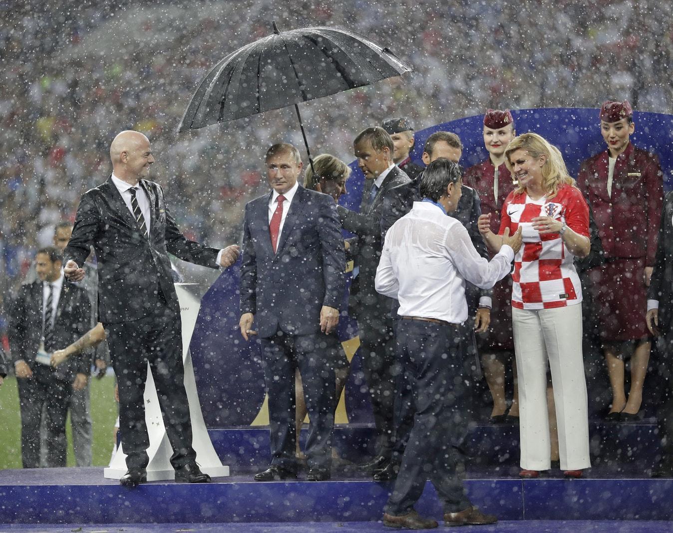 <p>Das WM-Finale ist beendet. Frankreich ist nach dem 4:2-Sieg über Kroatien neuer Weltmeister. Es geht weiter mit der Pokal-Übergabe und dabei entsteht ein Bild