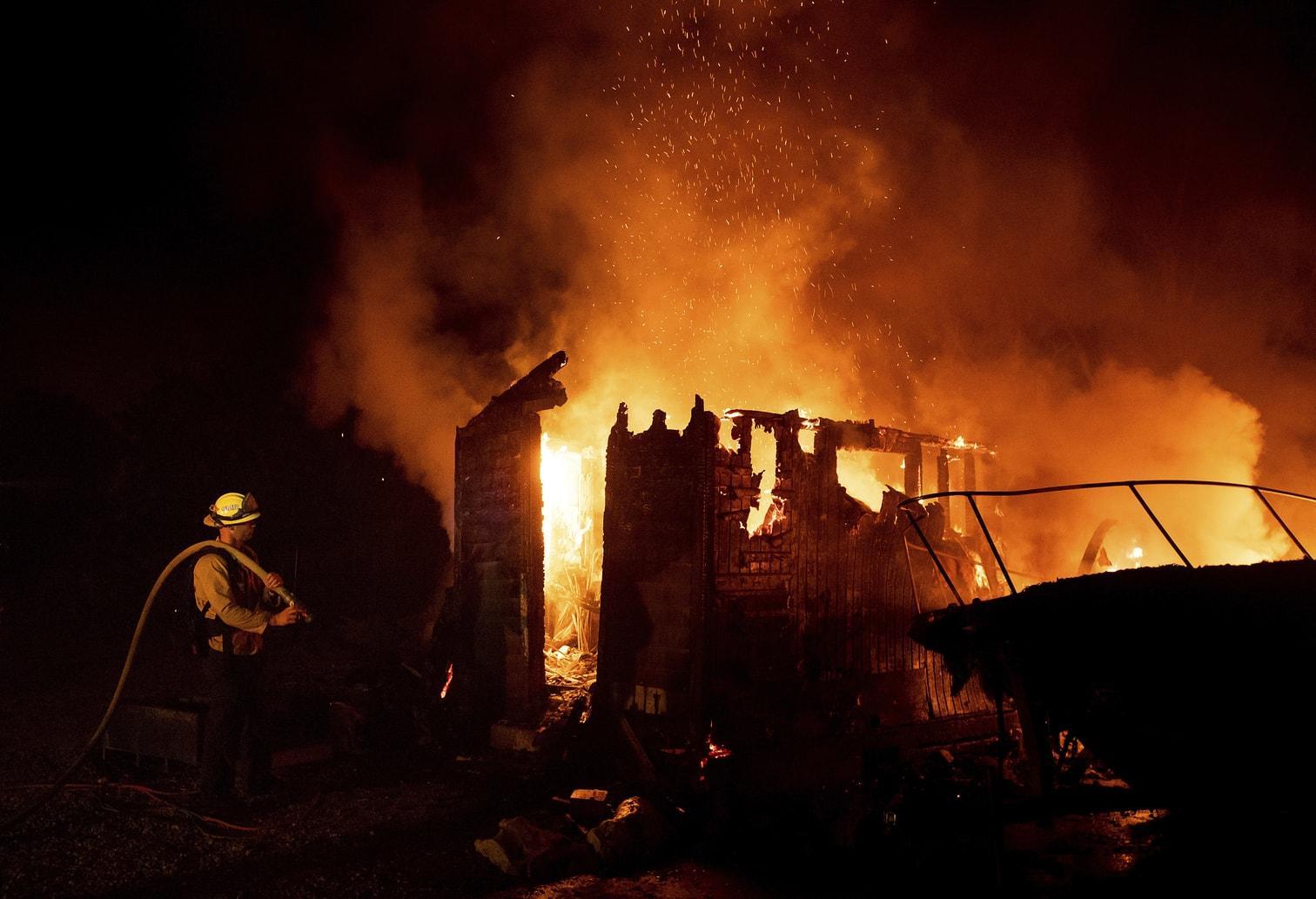 die zuvor einen Flächenbrand durch die Stadt Goleta getrieben hatten. Viele der 2500 Menschen