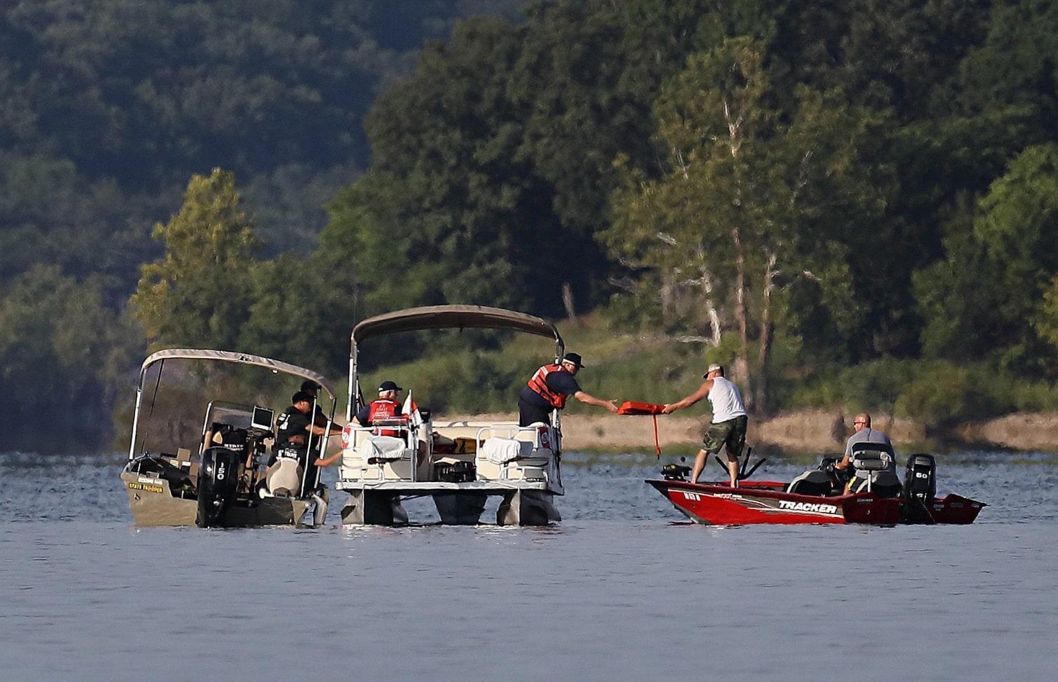 dennoch muss niemand Schwimmwesten anlegen. Nach dem Bootsunglück in Missouri stehen die Ermittler vor einigen Rätseln.</p> Foto: dpa