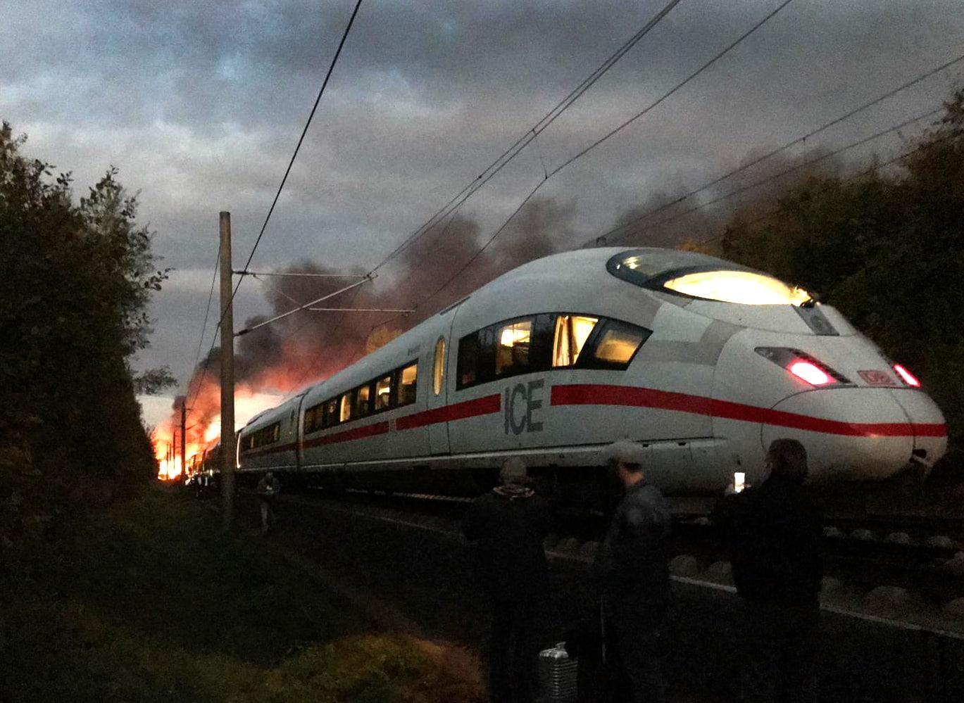 <p>Das Feuer in einem ICE auf der Schnellstrecke Frankfurt-Köln ist von einem technischen Defekt ausgelöst worden.</p> Foto: dpa/Ute Lange