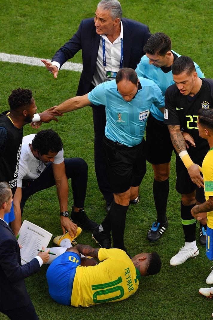 mit der sich Neymar in der Situation auf dem Boden krümmte